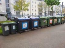 Müllabfuhrbehälter in einem Stadtgebiet Stockbilder