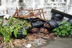 Müllcontainer, die mit Abfall nach dem Regen voll sind Lizenzfreies Stockbild