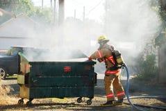 Müllcontainer-Feuer lizenzfreie stockbilder