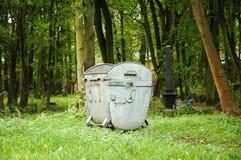 Müllcontainer im Kirchhof Lizenzfreie Stockbilder