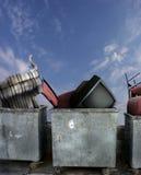 Müllcontainer mit alten Möbeln Stockbilder