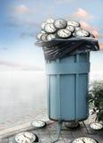 Müllcontainer und einige Borduhren Lizenzfreie Stockbilder