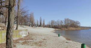 Mülleimer auf dem Ufer stock footage
