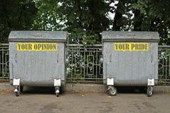 Mülleimer mit einer Aufschrift der Meinung und des Stolzes Stockbilder