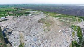 Müllkippe mit Haufen von Abfall- und Behandlungsanlagen Müllgrube des Abfalls außerhalb des Dorfs Lizenzfreie Stockfotos