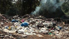 Müllkippeabfall mit Rauche stock footage