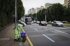 Müllmann auf Straßen von Seoul stockfoto
