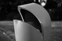 Mülltonne im Park Stockbild