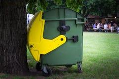 Mülltonne im Park Lizenzfreies Stockbild