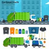 Müllwagen auf der Straße nahe Abfalleimern Stockfoto