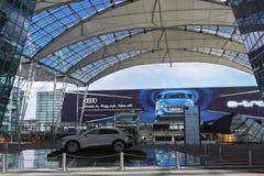 MÜNCHEN, BAYERN, DEUTSCHLAND - 13. MÄRZ 2019: Darstellung von nagelneuem Audi ETron, ein kompakter Luxusübergang SUV lizenzfreie stockfotos