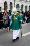 MÜNCHEN, BAYERN, DEUTSCHLAND - 13. MÄRZ 2016: der alte Mann, der als irischer Bischof am St- Patrick` s Tag verkleidet wird, führ Stockfotos