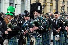 MÜNCHEN, BAYERN, DEUTSCHLAND - 13. MÄRZ 2016: Dudelsackspieler in der traditionellen schottischen Kleidung am St- Patrick` s Tag  Lizenzfreie Stockfotos