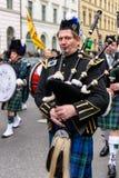 MÜNCHEN, BAYERN, DEUTSCHLAND - 13. MÄRZ 2016: Dudelsackspieler in der traditionellen schottischen Kleidung am St- Patrick` s Tag  Stockfoto
