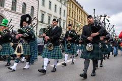 MÜNCHEN, BAYERN, DEUTSCHLAND - 13. MÄRZ 2016: Dudelsackspieler in der traditionellen schottischen Kleidung am St- Patrick` s Tag  Stockfotos