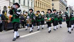 MÜNCHEN, BAYERN, DEUTSCHLAND - 13. MÄRZ 2016: Flötisten in der Kleidung der Mittelalter am St- Patrick` s Tag führen vor Der Name Lizenzfreies Stockfoto