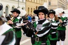 MÜNCHEN, BAYERN, DEUTSCHLAND - 13. MÄRZ 2016: Flötisten in der Kleidung der Mittelalter am St- Patrick` s Tag führen vor Der Name Stockbild
