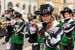 MÜNCHEN, BAYERN, DEUTSCHLAND - 13. MÄRZ 2016: Flötisten in der Kleidung der Mittelalter am St- Patrick` s Tag führen vor Der Name Lizenzfreie Stockfotografie