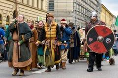MÜNCHEN, BAYERN, DEUTSCHLAND - 13. MÄRZ 2016: Gruppe Männer und Frauen kleidete oben als mongolische Worriers der Mittelalter am  Stockfoto
