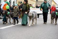 MÜNCHEN, BAYERN, DEUTSCHLAND - 13. MÄRZ 2016: Gruppe von Personen in der keltischen Kleidung mit Wolfshunden an der St- Patrick`  Lizenzfreies Stockbild