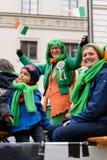 MÜNCHEN, BAYERN, DEUTSCHLAND - 13. MÄRZ 2016: Lastwagen mit dem Zujubeln von irischen Leuten am St- Patrick` s Tag führen vor Stockfotos