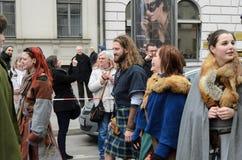 MÜNCHEN, BAYERN, DEUTSCHLAND - 13. MÄRZ 2016: Leute in der Kleidung der Mittelalter am St- Patrick` s Tag führen vor Stockfotografie
