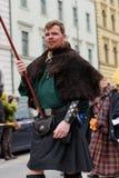 MÜNCHEN, BAYERN, DEUTSCHLAND - 13. MÄRZ 2016: Leute in der Kleidung der Mittelalter am St- Patrick` s Tag führen vor Lizenzfreie Stockfotografie