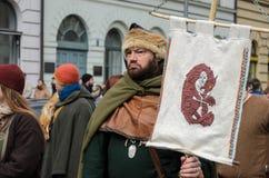 MÜNCHEN, BAYERN, DEUTSCHLAND - 13. MÄRZ 2016: Leute in der Kleidung der Mittelalter am St- Patrick` s Tag führen vor Lizenzfreies Stockfoto