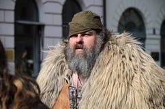 MÜNCHEN, BAYERN, DEUTSCHLAND - 13. MÄRZ 2016: Leute in der Kleidung der Mittelalter am St- Patrick` s Tag führen vor Stockfotos