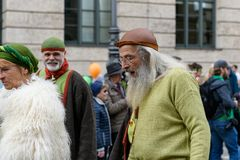 MÜNCHEN, BAYERN, DEUTSCHLAND - 11. MÄRZ 2018: Leute in der Kleidung von Lizenzfreie Stockfotografie