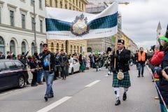 MÜNCHEN, BAYERN, DEUTSCHLAND - 13. MÄRZ 2016: Leute in der traditionellen schottischen Kleidung am St- Patrick` s Tag führen vor Lizenzfreies Stockbild