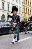 MÜNCHEN, BAYERN, DEUTSCHLAND - 13. MÄRZ 2016: Leute in der traditionellen schottischen Kleidung am St- Patrick` s Tag führen vor Lizenzfreie Stockbilder