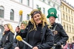 MÜNCHEN, BAYERN, DEUTSCHLAND - 13. MÄRZ 2016: Schlagzeuger am St- Patrick` s Tag führen vor Stockfoto