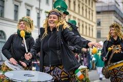 MÜNCHEN, BAYERN, DEUTSCHLAND - 13. MÄRZ 2016: Schlagzeuger am St- Patrick` s Tag führen vor Stockfotografie