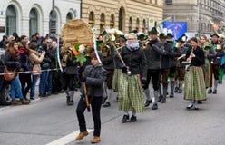 MÜNCHEN, BEIEREN, DUITSLAND - MAART 13, 2016: Beierse muziekband in traditionele Beierse kleding bij de St Patrick ` s Dagparade Stock Foto's