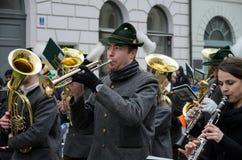 MÜNCHEN, BEIEREN, DUITSLAND - MAART 13, 2016: Beierse muziekband in traditionele Beierse kleding bij de St Patrick ` s Dagparade Royalty-vrije Stock Foto
