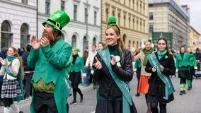MÜNCHEN, BEIEREN, DUITSLAND - MAART 13, 2016: groep meisjes die de groene smaragdgroene dansers vertegenwoordigen bij de St Patri stock afbeelding