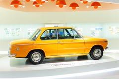 München Beieren, Duitsland - 27 Mei, 2018: De auto's en de motorfiets van BMW bij het BMW-Museum en Rand in München stock fotografie