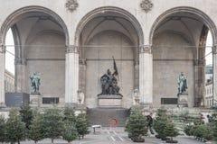 MÜNCHEN - DECEMBER 4, 2015 Het verfraaien van pijnboomboom voor Kerstmis Royalty-vrije Stock Foto
