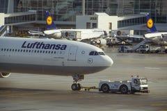 München, Deutschland - Flugzeug Airbus 340 von Lufthanza landete in Stockbild