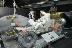 MÜNCHEN, DEUTSCHLAND, JAN. 15, 2013: Mondauto Apollo 17 Apollo-Programms der NASAs mit amerikanischem Raumfahrer im weißen Spaces lizenzfreies stockbild