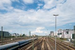 MÜNCHEN, Deutschland - 10. Mai 2018: Bahnhofsansicht mit Zug und bewölktem Himmel Reise und Transport stockfotos