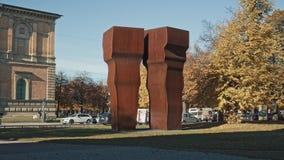 MÜNCHEN, DEUTSCHLAND - 27. November 2019: Von links nach rechts in Echtzeit Foto der modernen Skulptur in der Pinakothek in Rosna stock video
