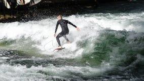MÜNCHEN, DEUTSCHLAND - September 2015: nicht identifizierter Surfer auf dem Eisbach-Fluss in Berlin, Deutschland stockfoto