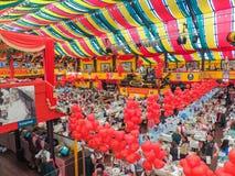München, Deutschland - 23. September 2013 Oktoberfest die festliche Atmosphäre im Hippodrom-Zelt lizenzfreie stockfotos