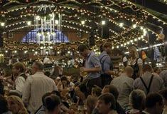 MÜNCHEN, DEUTSCHLAND - 18. SEPTEMBER 2016: Oktoberfest München: Leute in den traditionellen Kostümen im Bierpavillon Stockfoto