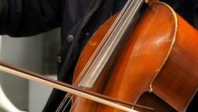 München, Duitsland - December 2, 2018: De musicus die van de straatcellist de cello spelen stock video