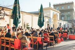 München, Duitsland, 29 December, 2016: Populair onder de lokale bevolking en de toeristen is het openluchtrestaurant op Stock Afbeelding
