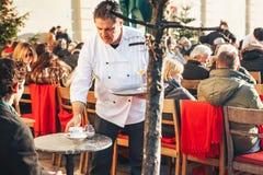 München, Duitsland, 29 December, 2016: Populair onder de lokale bevolking en de toeristen is het openluchtrestaurant op Royalty-vrije Stock Foto's