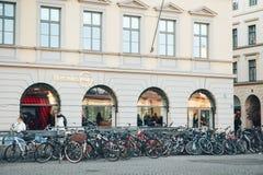 München, Duitsland, 29 December, 2016: Vele fietsen op een rij op de straat in München, Europa Het parkeren van de fiets Royalty-vrije Stock Fotografie